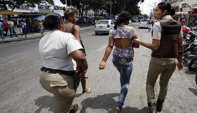 Policiais levam a dupla para a delegacia - Foto: Luiz Tito l Ag. A TARDE