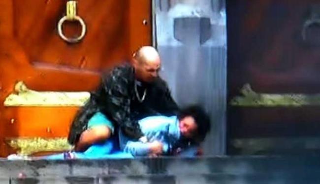 Homem fazia mulher refém quando outro homem interveio - Foto: Reprodução | Youtube