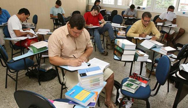 Candidatos levam malas de livros para o dia da prova - Foto: Fernando Vivas | Ag. A TARDE | 07.05.2006