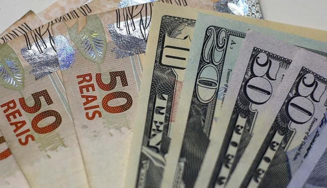 Notas de real e dólar em casa de câmbio no Rio de Janeiro - Foto: Ricardo Moraes | Agência Reuters