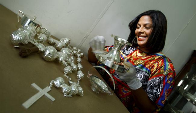 Zaíra Thaty deixou a carreira de administradora de empresas para restaurar pratarias - Foto: Fernando Vivas | Ag. A TARDE