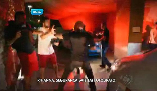 Segurança da cantora agrediu fotógrafo com socos - Foto: Record | Paparazzi