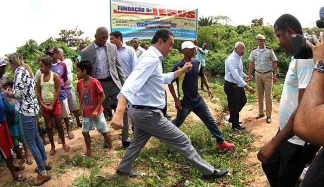 Rui Costa caminha em terreno irregular durante entrega de obra em São Cristóvão - Foto: Manu Dias l Gov-BA