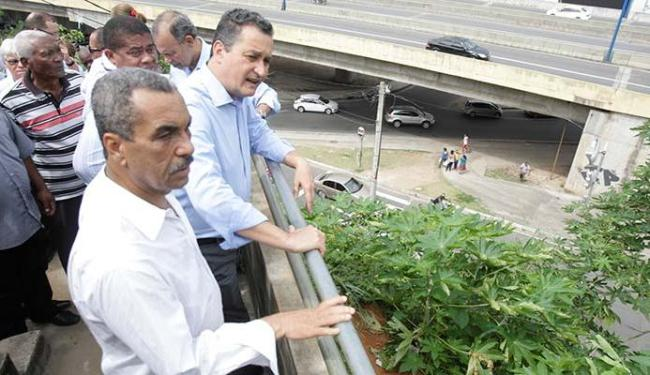 Rui Costa (D) assinou liberação de obras nas encostas de Salvador e falou do aeroporto - Foto: Edilson Lima | Ag. A TARDE
