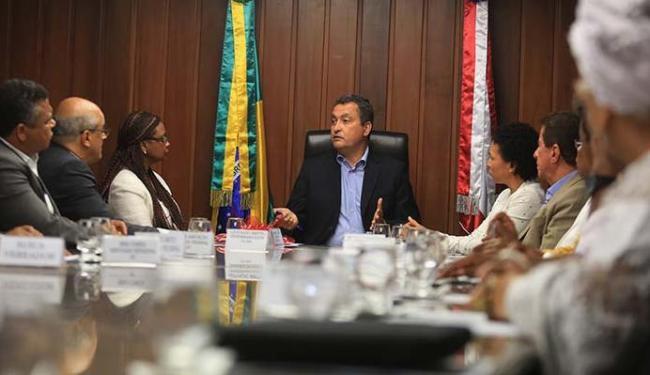 Governador da Bahia Rui Costa (PT) ao lado da Ministra Nilma Lino Gomes, na hora da assinatura - Foto: Joá Souza | Ag. A TARDE