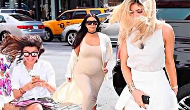 Sophia estava sentada em um banco quando as irmãs Kardashian chegam na loja - Foto: Reprodução   Instagram