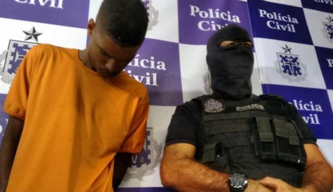 Suspeito de participar de ação que acabou com a morte de PM foi apresentado nesta terça - Foto: Edilson Lima | Ag. A TARDE