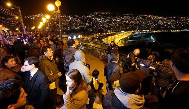 Chilenos foram às ruas para se proteger do terremoto - Foto: Agência Reuters