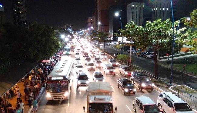 A avenida Tancredo Neves também registrou congestionamento no início da noite - Foto: Thiago Conceição | Ag. A TARDE