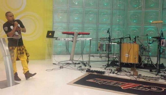 O apresentador Alex Lopes ficou sozinho e sem entender a situação - Foto: Reprodução | TV Aratu