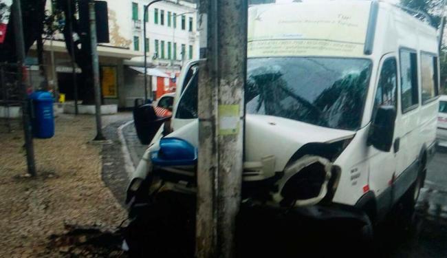 Veículo colidiu com um poste próximo ao Elevador Lacerda, no Comércio - Foto: Cidadão Repórter | Via WhatsApp