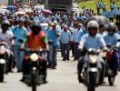 Trabalhadores protestam contra demissões na Ford de Camaçari - Foto: Edilson Lima | Ag. A TARDE