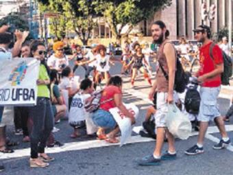 Manifestantes protestaram, no Centro, contra corte de bolsa - Foto: Adriane Primo l Ag. A TARDE