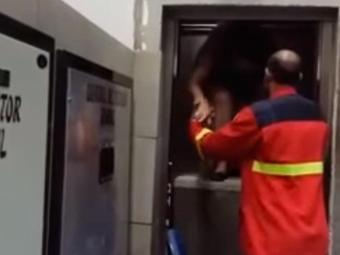 Funcionário de segurança da faculdade faz o resgate da aluna presa no elevador - Foto: Cidadão Repórter   Via WhatsApp