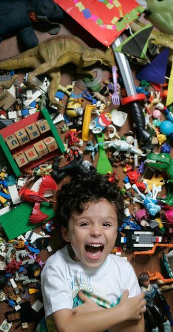 Brenda Medeiros incentiva o filho Arthur a trocar e doar brinquedos - Foto: Raul Spinassé | Ag. A TARDE