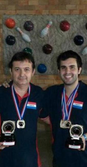 Odenis Oliveira e Charles Robini mostram suas premiações - Foto: André Cordeiro l FBBOL