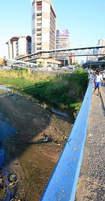 Paralelo à Av. Tancredo Neves, área das mais valorizadas, o rio Camarajipe exala intenso mau cheiro - Foto: Fernando Amorim l Ag. A TARDE