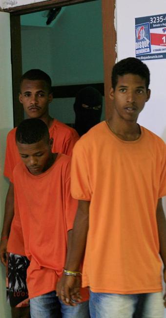 Da esquerda para a direita: Alan, Peca e Marcha Lenta. Três dos 10 envolvidos no assassinato - Foto: Luciano da Mata   Ag. A TARDE