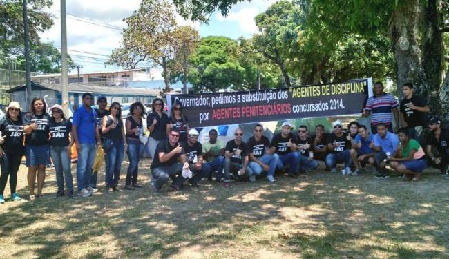 Um grupo de aprovados no concurso para agentes penitenciários está concentrado e acampado no CAB - Foto: Reprodução