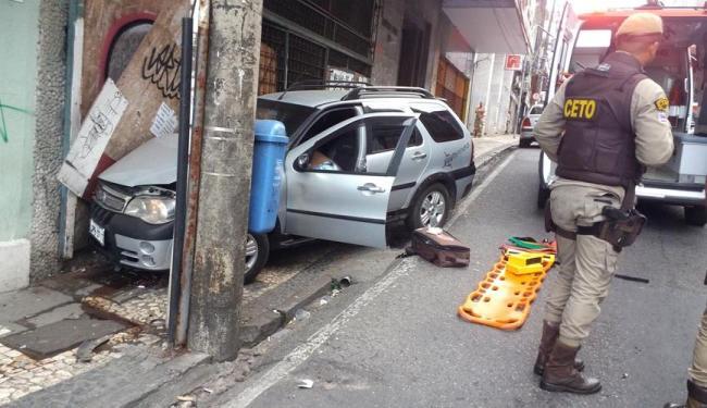 Após ser baleado, o motorista bateu em um poste na rua Chile - Foto: Reprodução | Liderança News