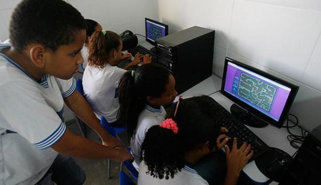 Estudantes de escola municipal de Ilha Amarela utilizam computadores em sala de informática - Foto: Fernando Amorim l Ag. A TARDE
