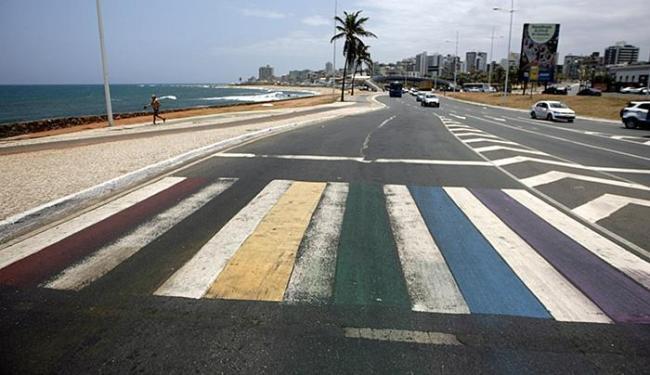No Jardim de Alah, pedestres puderam passar pela faixa que amanheceu colorida - Foto: Raul Spinassé l Ag. A TARDE