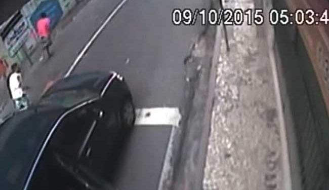 Imagens mostram dois homens fugindo após o assalto - Foto: Reprodução | Youtube