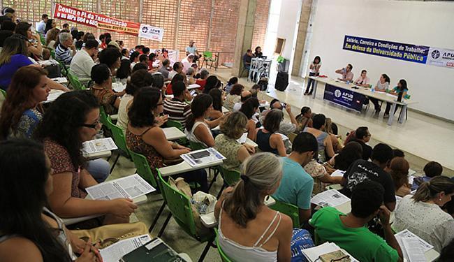 Professores voltam a se reunir para decidir os rumos da greve - Foto: Joá Souza   Ag. A TARDE
