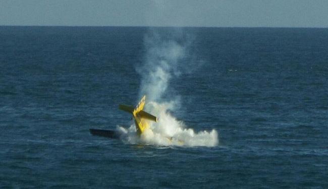 Avião caiu no mar após manobra na Barra - Foto: Cidadão Repórter | Via Whatsapp | Observatório da Cidade