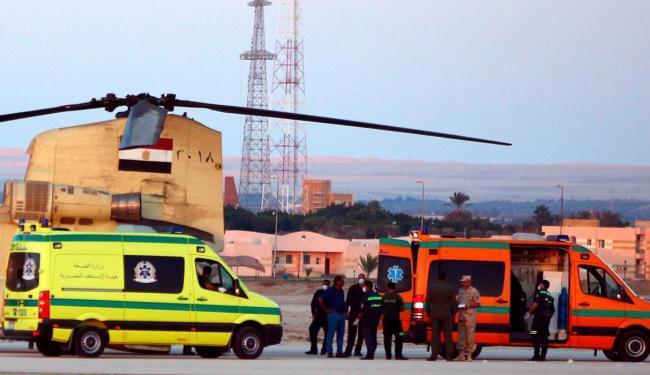 Polícia e equipes de resgate retiram corpos das vítimas - Foto: Agência Reuters