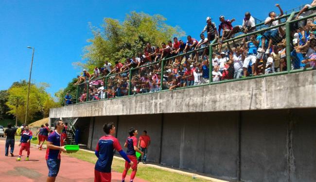 Jogadores do Bahia atiram brindes para a torcida em Pituaçu - Foto: Vitor Villar | Ag. A TARDE