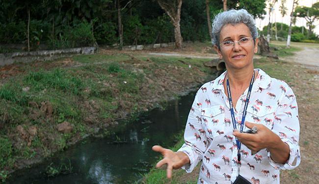Bernadete Martins questiona esgoto no rio Gameleira - Foto: Luciano da Matta l Ag. A TARDE