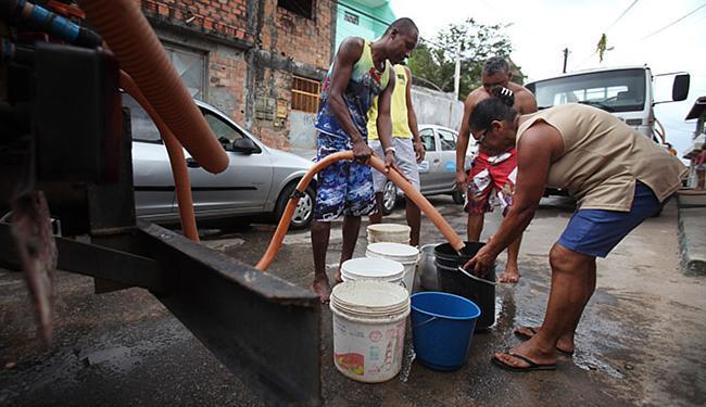 Comunidades no entorno da cratera utilizam água de carros-pipa para cozinhar, beber e tomar banho - Foto: Raul Spinassé | Ag. A TARDE