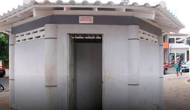 Vítima foi abordada por assaltante armado com faca quando entrou em banheiro público - Foto: Reprodução | Site Brumado Notícias
