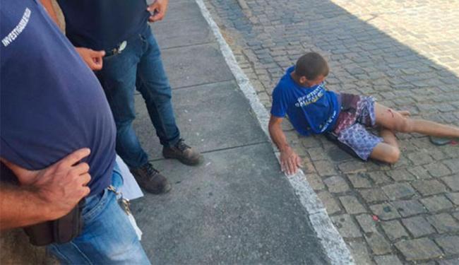 Rapaz foi atingido na perna depois de jogar pacote com drogas e celular para presos - Foto: Lay Amorim   Brumado Notícias