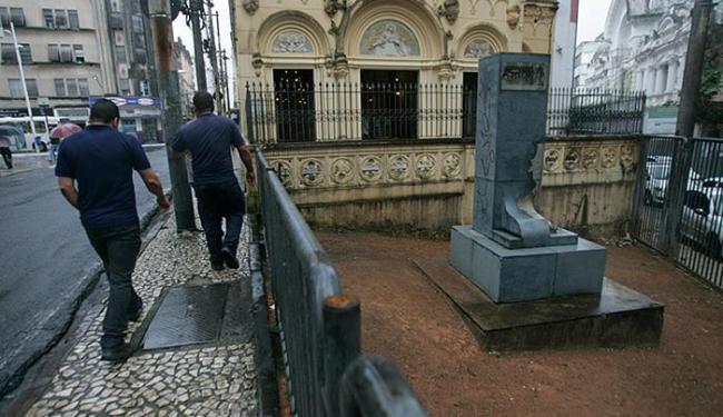 Suporte do busto do padre Manoel da Nóbrega, rua da Aju - Foto: Raul Spinassé l Ag. A TARDE