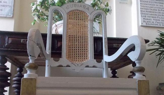 A polícia retirou o trono da casa do babalorixá no Alto da Cruz do Cosme como um troféu - Foto: Reprodução | IGHB