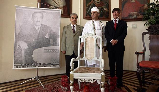 Membros do Instituto Geográfico e Histórico devolvem cadeira a bisneto de Jubiabá - Foto: Raul Spinassé l Ag. A TARDE