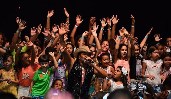 A criançada subiu ao palco para cantar com Carlinhos Brown - Foto: Erik Salles | Ag. A TARDE