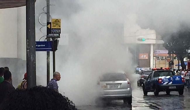 Carro pegou fogo na rua Miguel Calmon, sentido Calçada - Foto: Ag. A TARDE