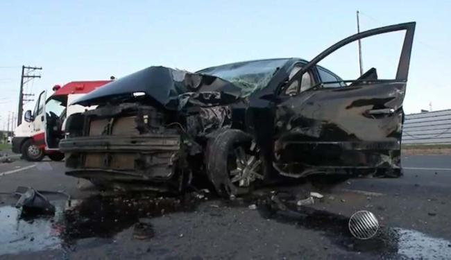Carro que bateu em poste na avenida Paralela ficou com a parte da frente destruída - Foto: Reprodução | TV Bahia