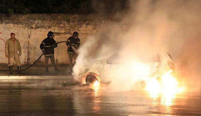 Bombeiros conseguiram debelar as chamas e veículo teve perda total - Foto: Joá Souza   Ag. A TARDE