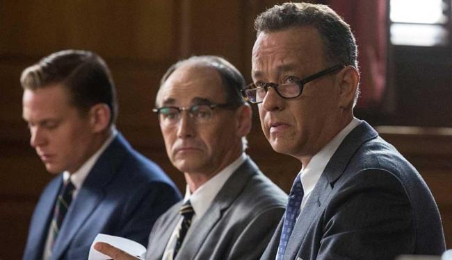 No longa, advogado James Donovan (Tom Hanks) é convencido a defender o acusado - Foto: Divulgação