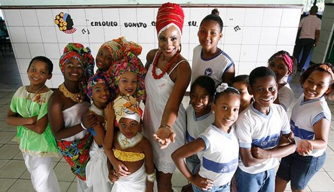 Cláudia Mattos estimula a autoestima entre os alunos - Foto: Marco Aurélio Martins l Ag. A TARDE