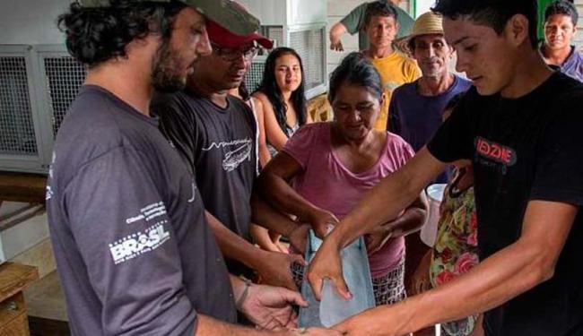 Comunidade ribeirinha recebeu três máquinas de gelo que funcionam com energia solar - Foto: Aline Fidelix | Instituto Mamirauá