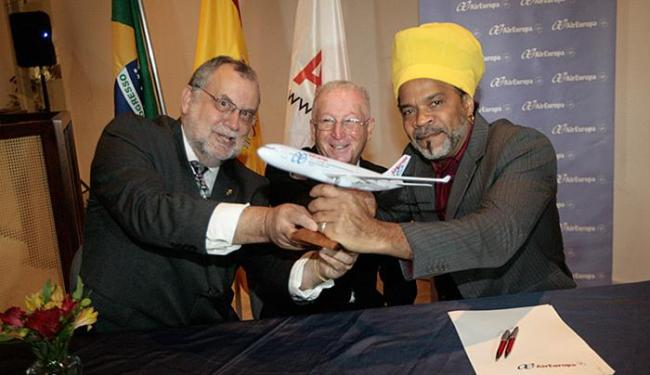 Cônsul espanhol Daniel Chamorro (C) celebra parceria entre Enrique Martin-Ambrosio e Carlinhos Brown - Foto: Margarida Neide l Ag. A TARDE