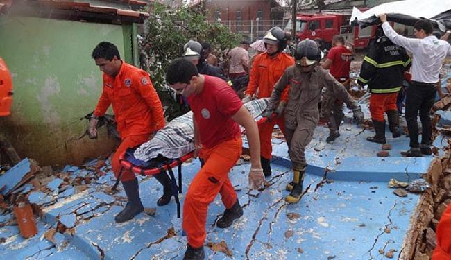 Bombeiros conduzem corpo da vítima, que faria as provas do Enem - Foto: Jadiel Luiz l Blog Sigi Vilares