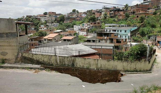 Cratera aberta na segunda obrigou moradores a deixar suas casas - Foto: Marco Aurélio Martins | Ag. A TARDE