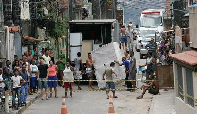 Moradores de Boa Vista do Lobato retiram pertences dos imóveis ameaçados - Foto: Marco Aurélio Martins | Ag. A TARDE