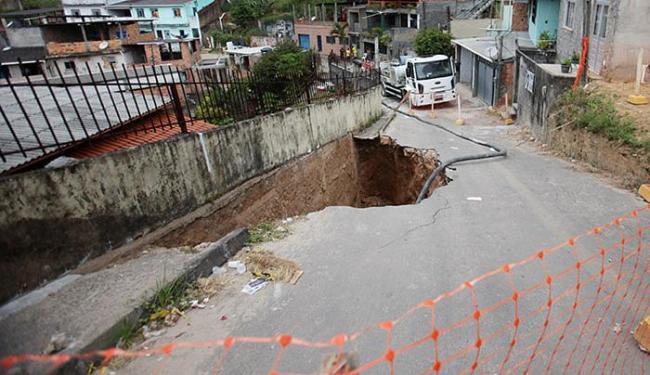 Imóveis ameaçados por cratera ficam na rua Osvaldo Martins de Castro - Foto: Raul Spinassé | Ag. A TARDE